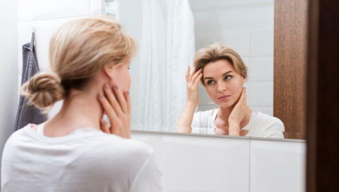 ¿Amaneciste con la cara hinchada? ¡Este masaje facial es la solución!