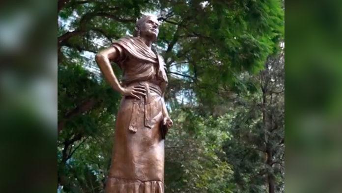 Colocan cuatro nuevas esculturas de mujeres en el Paseo de las Heroínas