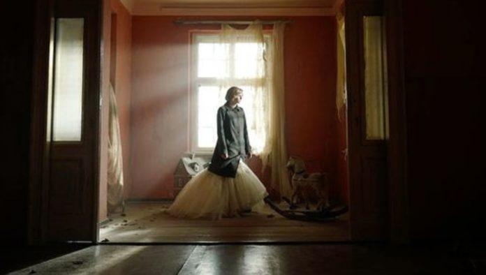 """La princesa Diana de Kristen Stewart teme por su vida en el tráiler de """"Spencer"""""""